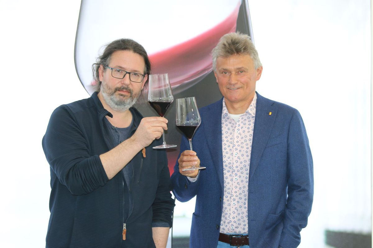 Šéfdizajnér Rona Lednické Rovne Patrik Illo (vľavo) a Štefan Hanák, člen predstavenstva sklárne. Dve mená spojené so značkou Rona.