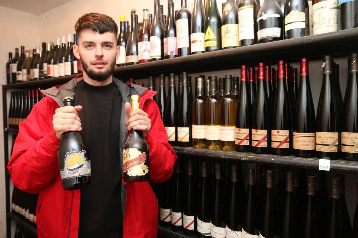David Kušický v rodinnom archíve vín. Čo dedo začal, v tom vnuk pokračuje.
