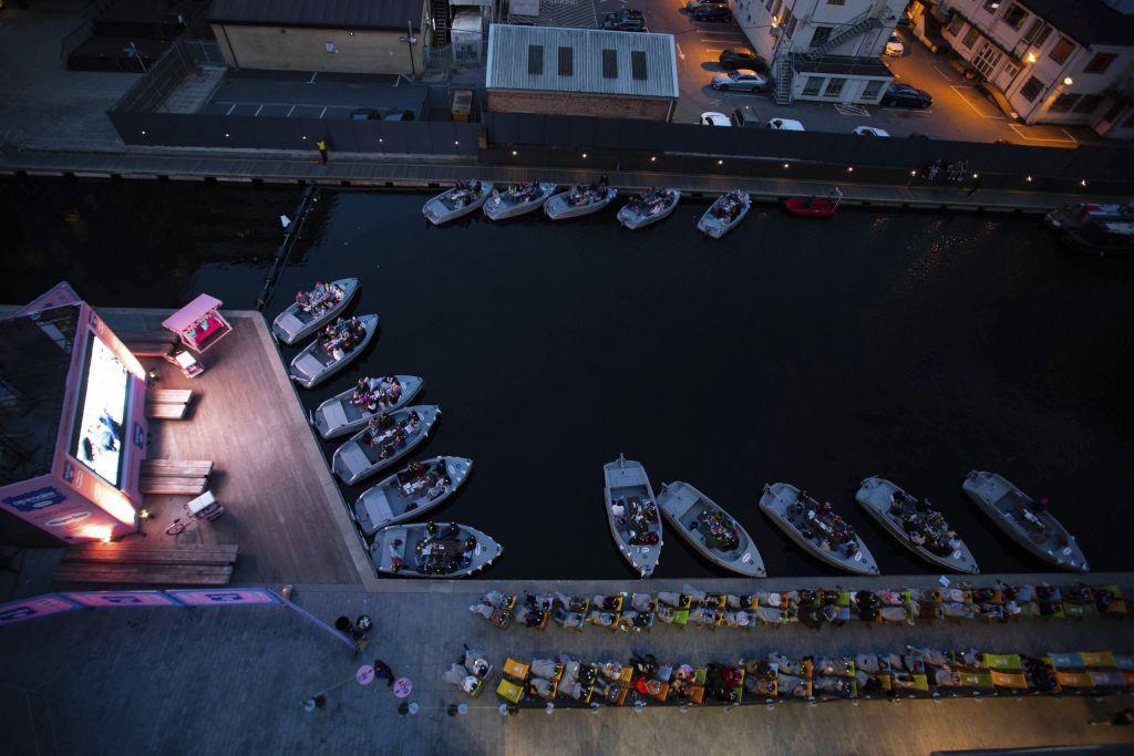 Lode, člny, prístav, kino