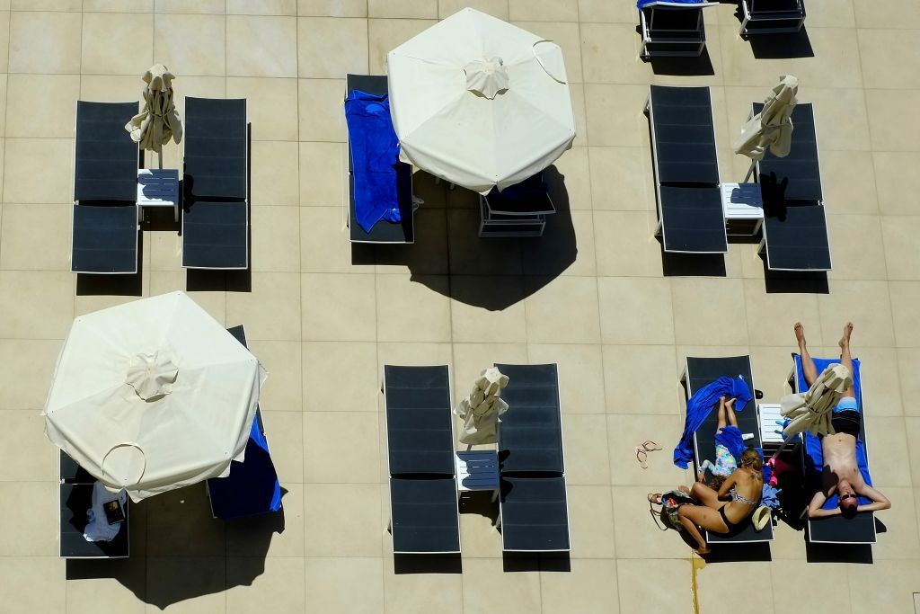 Cyprus, dovolenka, pláž, hotel, ležadlá, slnečníky