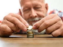 pracujúci penzisti, peniaze, mince