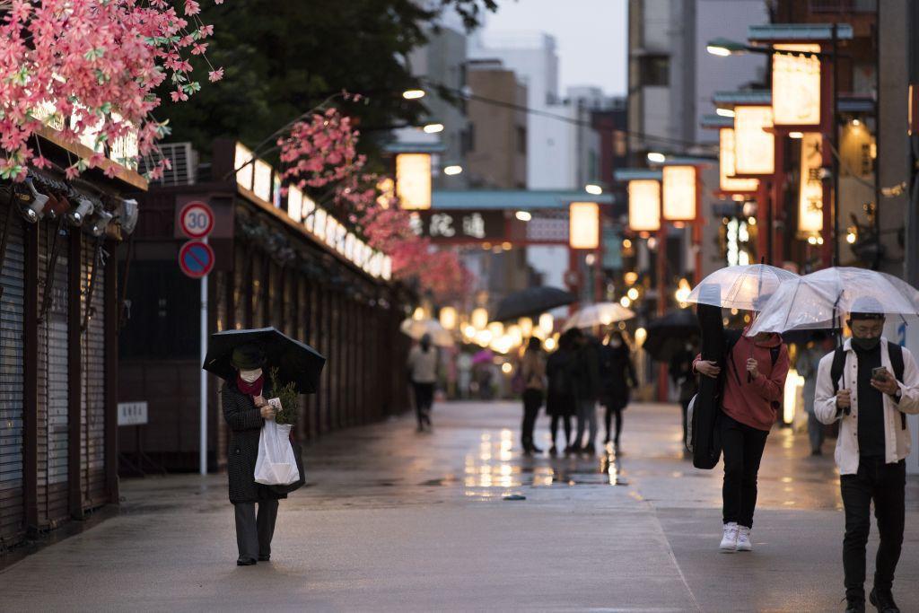 Japonsko, ulica, dáždniky, dážď, počasie, prší