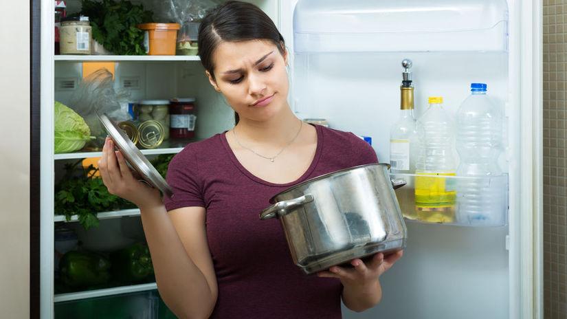 polievka, hrniec, žena, zápach, pokazené jedlo,...