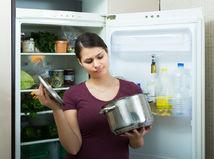 polievka, hrniec, žena, zápach, pokazené jedlo, odpad