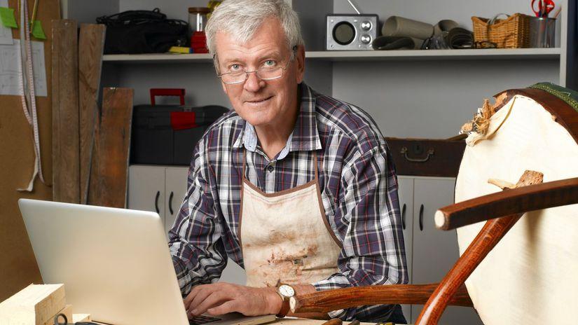 pracujúci penzisti, dôchodca, notebook