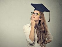 absolventka, rozmýšľanie, plánovanie, snívanie, zamyslená