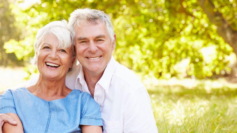manželia, seniori, objatie, radosť