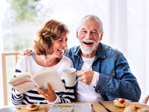 raňajky, čítanie, penzisti, seniori, manželia, radosť