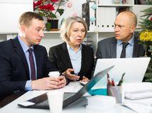 úradníci, právnici, notebook, nepríjemné prekvapenie, práca, Vianoce, problém