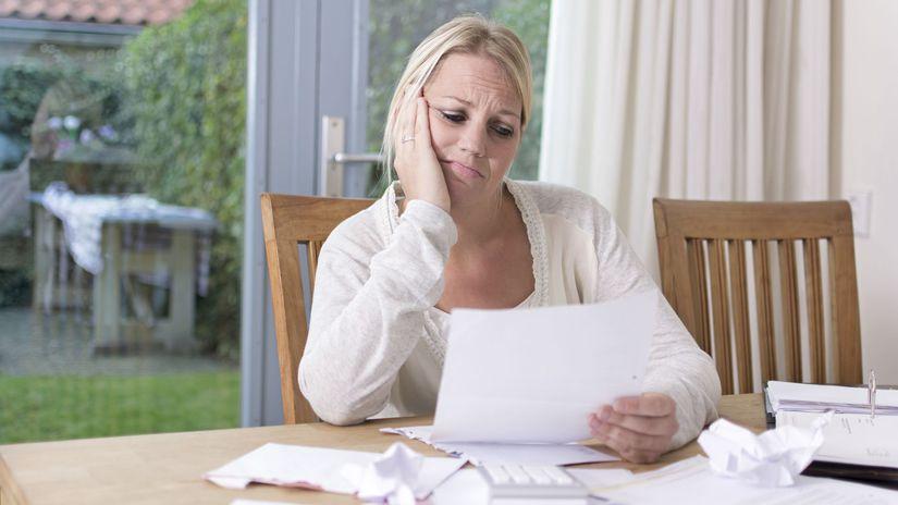 žena, starosti, problémy, dlhy, papier, čítanie