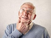 muž, dedko, penzista, rozmýšľanie, snívanie, zamyslený