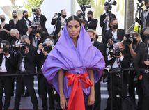 Modelka Tina Kunakey bola neprehliadnuteľná v kreácii Valentino Haute Couture.