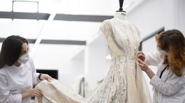 Detaily z ateliérov Fendi pri prípravách kolekcie Fendi Haute Couture Jeseň/Zima 2021.