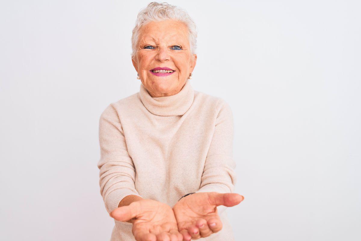 dôchodkyňa, penzistka, úsmev, ruky, prosba