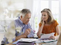 manželia, seniori, dôchodcovia, papiere, rozhovor