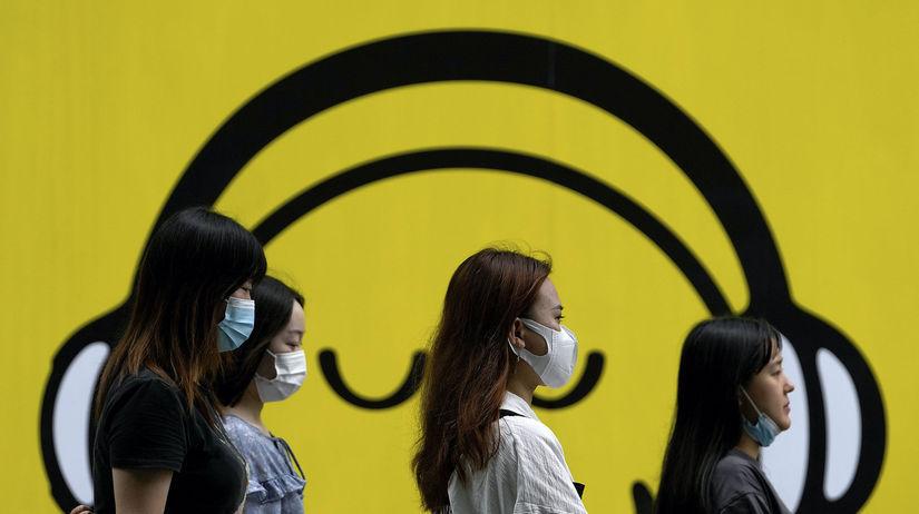 Ženy v čínskom Pekingu s rúškami počas...