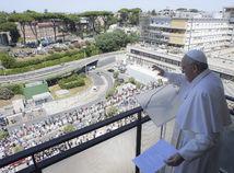 Vatikán pápež operácia hospitalizácia predĺženie