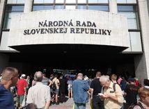 protest pred parlamentom, koroanvírus