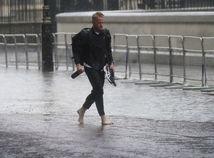 Británia počasie búrky muž človek záplavy povodeň