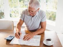 muž, senior, dôchodca, počítanie, papiere, kalkulačka, dane