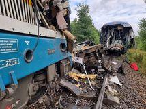 Po zrážke vlakov v Česku sú mŕtvi obaja strojvodcovia a jedna žena