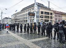 Dážď poznačil protesty. Ľudí blokujúcich dopravu policajti vytlačili
