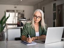 žena, práca, písanie, SZČO, sústredenie, poznámky, notebook