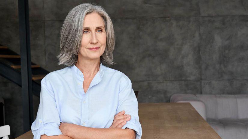 žena, dôchodkyňa, založené ruky