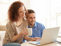 manželia, radosť, dobré správy, notebook