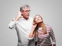 manželia, seniori, penzisti, počúvanie, sluch, nedoslýchavý