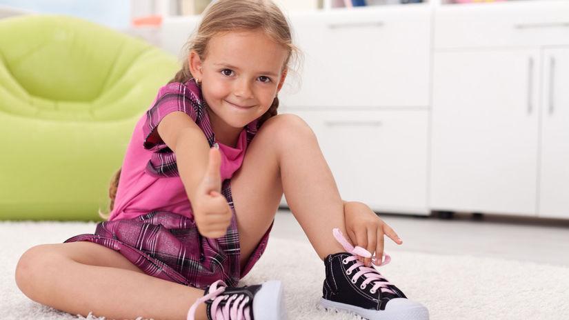 dievčatko, topánky, šnúrky, viazanie