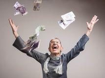 žena, dôchodkyňa, výhra, peniaze, bankovky, radosť