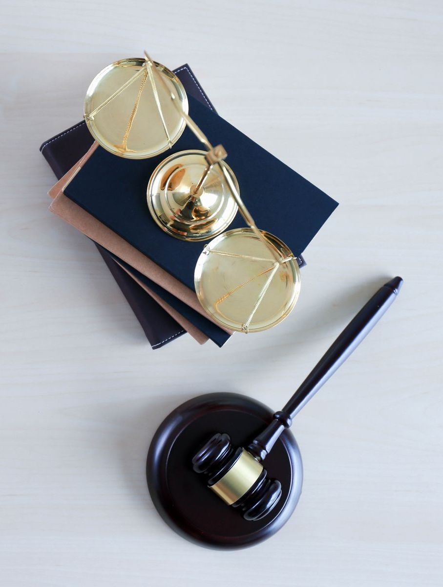 knihy, váhy, kladivko, spravodlivosť