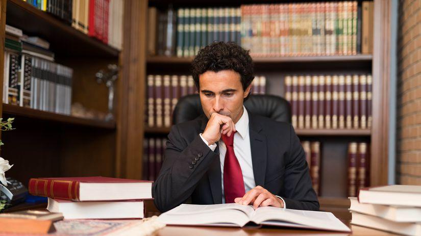 právnik, notár, kancelária, knihy, čítanie,...