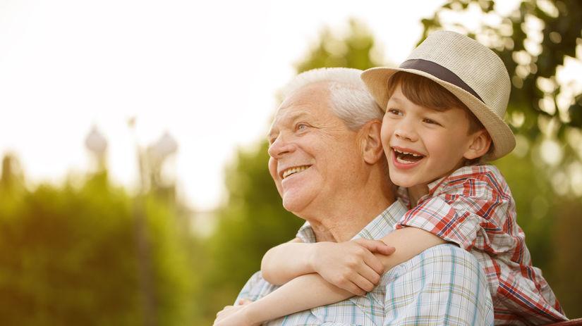 dedko, vnuk, objatie, radosť