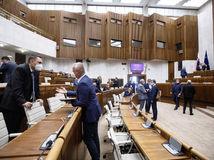 Kollár ukončil rokovanie skôr, poslanci budú pokračovať v piatok
