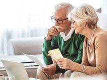 manželia, penzisti, notebook, rozmýšľanie, problém, peniaze