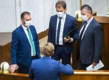 Laurenčík ukončil diskusiu k odvolávaniu Mikulca, Smer to pobúrilo