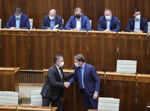 Mikulec ustál hlasovanie a zotrvá vo funkcii ministra vnútra