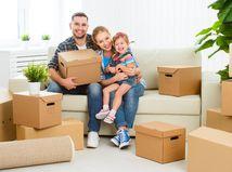 rodina, sťahovanie, škatule, krabice, radosť, obývačka