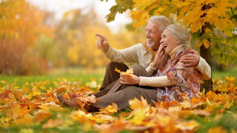 seniori, manželia, ukazovanie, smiech, jeseň, park