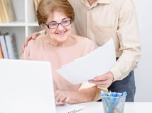 manželia, seniori, papiere, notebook, úsmev