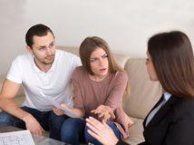 manželia, papiere, hnev, hádka, problém, podvod, úradníčka