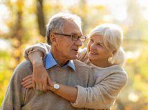penzisti, manželia, radosť, láska, objatie