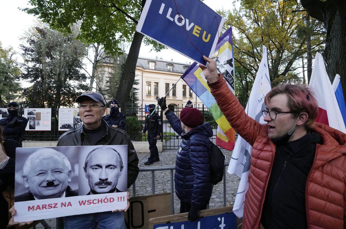 Ľudia protestujú pred poľským Ústavným súdom vo...