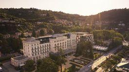 Záber na historický hotel Kempinski Palace Portorož.