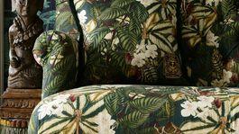 Pohovka s výrazným florálnym vzorom z dielne Mindthegap. Info o cene online.